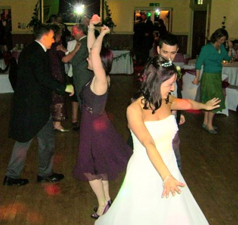 bride-and-groom-danceing-at-disco