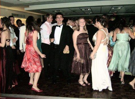 school-prom-dancers